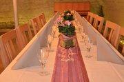 Gewölbekeller mit festlich gedeckten Tischen