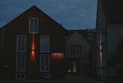 Rothweinhotel bei Nacht