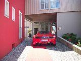 Ferrari vorm Hotel