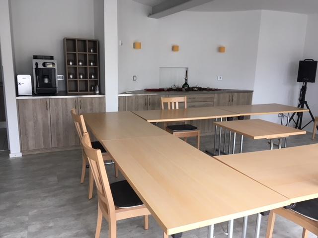 Tische und Stühle im Tagungsraum