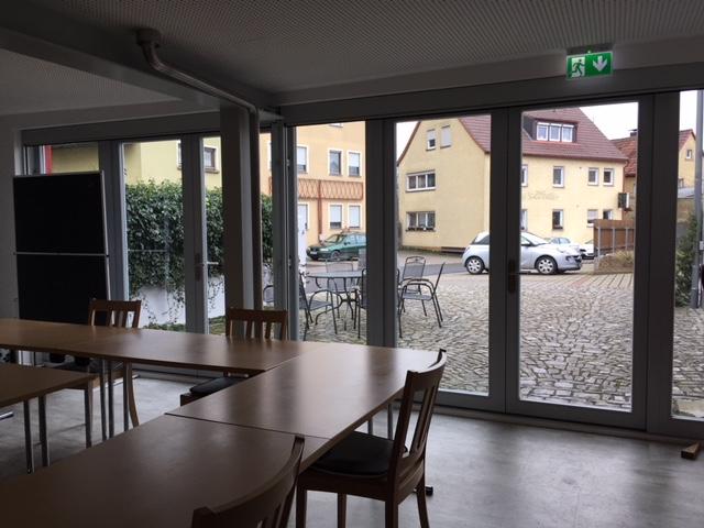 Raumhohe Fensterfront im Tagungsraum mit Blick in den Innenhof