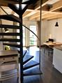 Wohnbereich mit Wendeltreppe nach oben