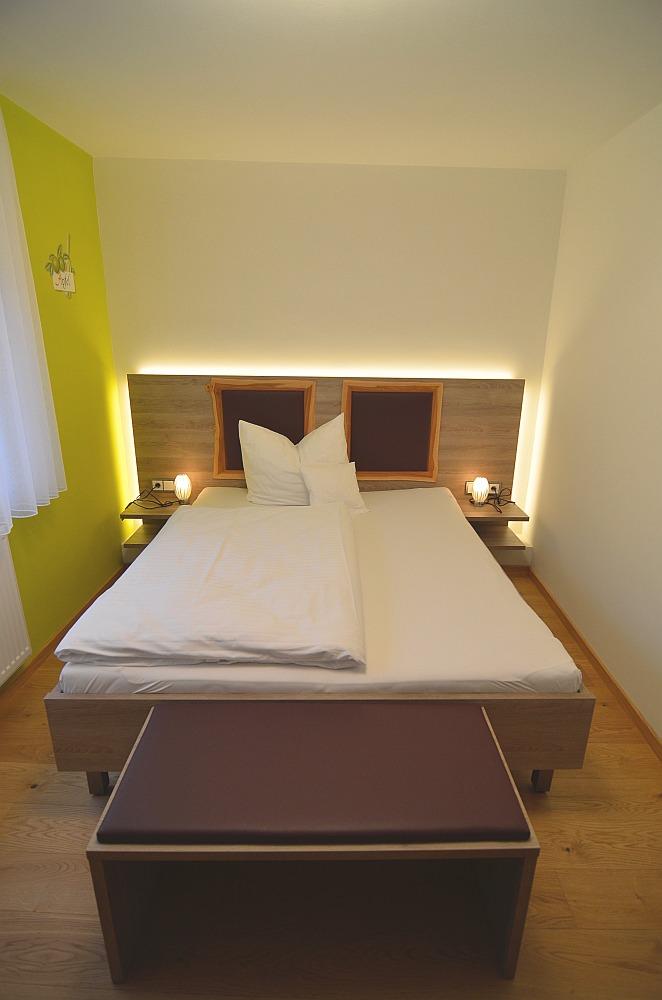 apfel doppelzimmer im rothweinhotel. Black Bedroom Furniture Sets. Home Design Ideas