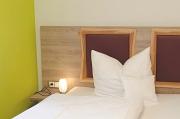 Betten Detail, Nachttischlampe und Kopfkissen