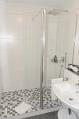 Große Dusche mit Glasabtrennung