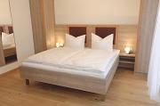Betten mit Nachttischlampen