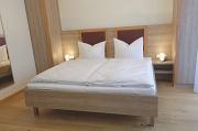 Nachttischlampen auf Ablagen neben Betten