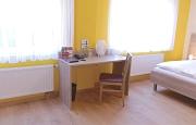 Schreibtisch zwischen 2 Fenstern