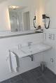 Waschtisch mit Fön im Badezimmer