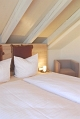 Sichtbalken über dem Bett