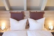 Bett mit großem Kopfteil zum Anlehnen