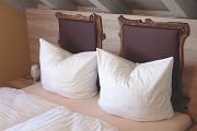 Wurzelholzdetails am Kopfteil des Bettes