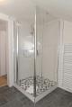 Großzügige Dusche mit Glasabtrennung