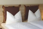 Wurzelholzdetails am Bett