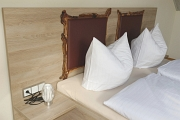 Liebevolle Details am Kopfteil des Bettes