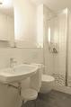 Badezimmer mit Dusche und Toilette