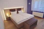 Bett im Zimmer Zwetschge