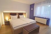 Betten und Fenster im Zimmer Zwetschge
