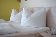 Bett mit Kissen