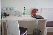 Schreibtisch mit Telefon