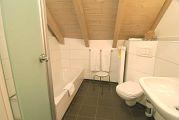 Badezimmer mit Wanne, Dusche und WC