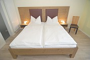 Bett im zimmer Weißer Burgunder