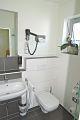 Badezimmer mit Toilette im Zimmer Weißer Burgunder
