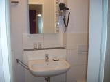 Hotelzimmer Weißer Burgunder Waschtisch