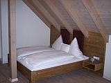 Hotelzimmer Grauer Burgunder Bett