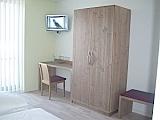 Hotelzimmer Weißer Burgunder Schrank